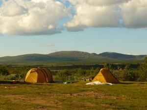 Zwei gelbe Zelte in einer schönen Landschaft