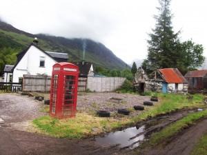 Eine rote Telefonzelle und Berge