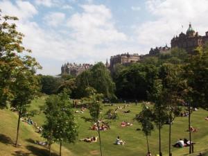 Ein grüner Park mit Bäumen und Menschen