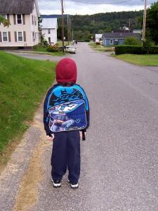 Ein Kind trägt seinen Rucksack