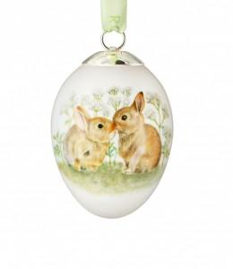 Ein dekoratives Ei mit bemalten Hasen