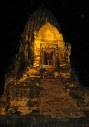 Eine asiatische Tempelanlage bei Nacht