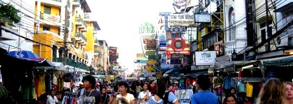 Leute bummeln auf einer bunten Straße in Bangkok